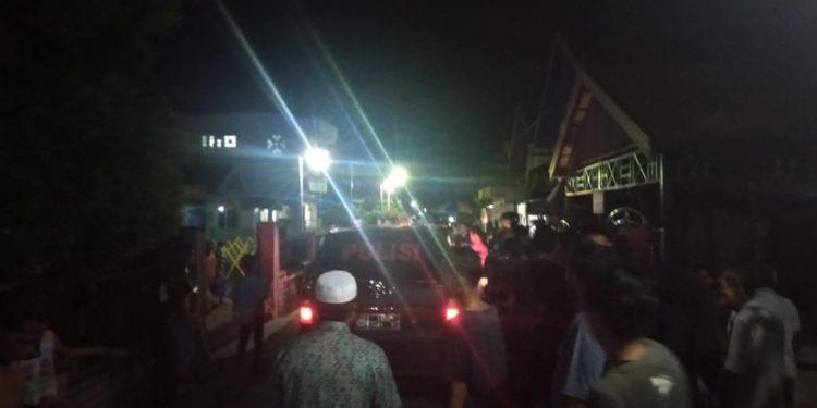 Warga Jl DI Panjaitan Sampit saat mengamankan pencuri, Jumat (27/3/2020) malam. Foto : Ry