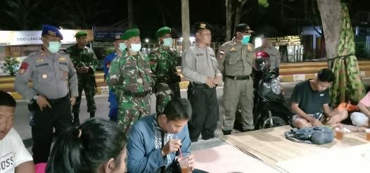 Tim Gabungan TNI, Polri dan Satpol PP membubarkan kerumunan warga yang berada di Taman Bundaran Pancasila Pangkalan Bun, Jumat (27/3/2020) malam. Foto : yus