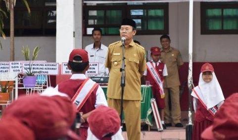 Wakil Bupati Kapuas Nafiah Ibnor saat memimpin apel belum lama ini.