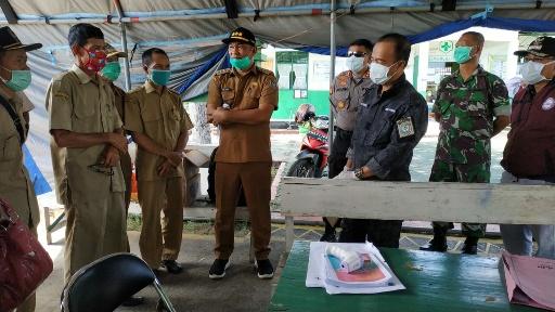 Bupati Seruyan Yulhaidir bersama TNI-Polri melakukan penyemprotan massal di Kuala Pembuang, Selasa (31/3/2020). Foto : Ro