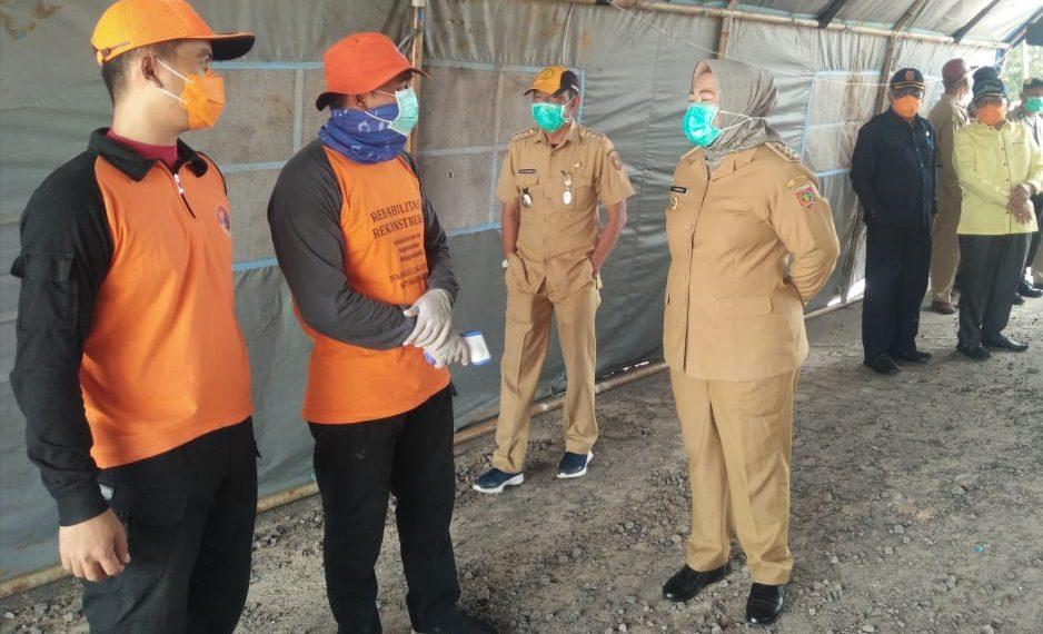 Bupati Kobar Hj Nurhidayah saat memantau pos pemantauan kesehatan di perbatasan Kobar-Seruyan, baru-baru ini. Foto : yus