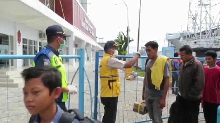 Petugas KSOP Kumai melakukan pemeriksaan suhu tubuh di Pelabuhan Panglima Utar, Kumai, Rabu (1/4/2020). Foto : yus