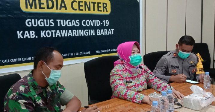 Bupati Kobar Hj Nurhidayah saat konferensi pers, Jumat (3/4/2020). Foto : yus