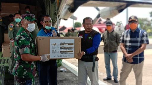 TERIMA APD - Kepala Dinas Kesehatan Kalteng, dr Suyuti Samsul, saat menerima bantuan masker dan APD dari pemerintah pusat, Sabtu (4.4.2020) sore. Foto : am
