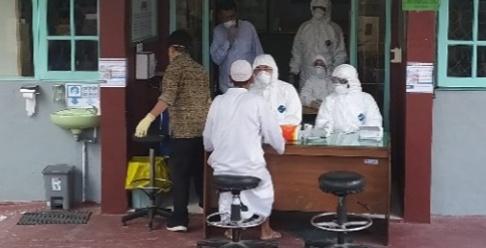 Jamaah Tabliq yang pulang dari kegiatan di Gowa, Sulawesi Selatan, saat diambil sample untuk diperiksa di Laboratorium Kesehatan di Surabaya. Foto : Yus