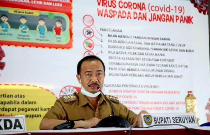 Bupati Seruyan Yulhaidir mengumumkan penutupan sementara sarana dan prasarana di Kabupaten Seruyan, Selasa (7/4/2020). Foto : ro