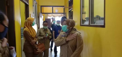 Bupati Kobar, Hj Nurhidayah saat memantau kantor layanan publik di Pangkalan Bun, Selasa (7/4/2020). Foto : yus