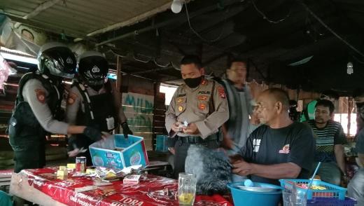 Tim Ditsamapta Polda Kalteng membubarkan perjudian di belakang Pasar Kahayan, Selasa (7/4/2020) sore. Foto : am