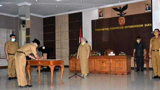 Bupati Kobar Hj Nurhidayah melantik sejumlah kepala dinas di jajaran Pemkab Kobar, Senin (6/4/2020). Foto : yus