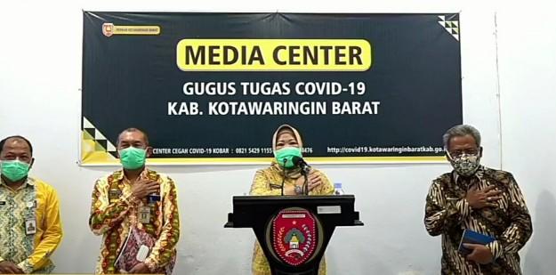 Bupati Kobar, Hj Nurhidayah saat memberi keterangan pers di Pangkalan Bun, Kamis (9/4/2020). Foto : Yus