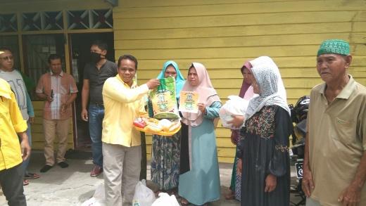 Saat pembagian sembako gratis kepada masyarakat oleh DPD Partai Golkar Seruyan. Foto : Ro