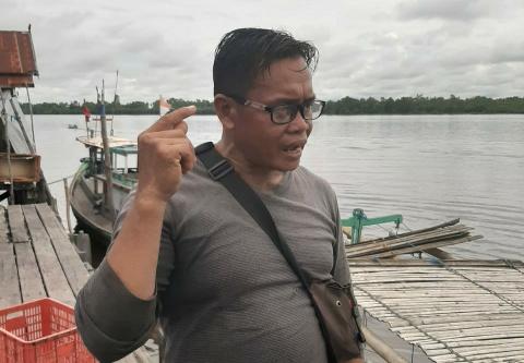 Penampung Ikan Normadi saat wawancara dengan awak media, Kamis (9/4/2020). Foto : Ro.
