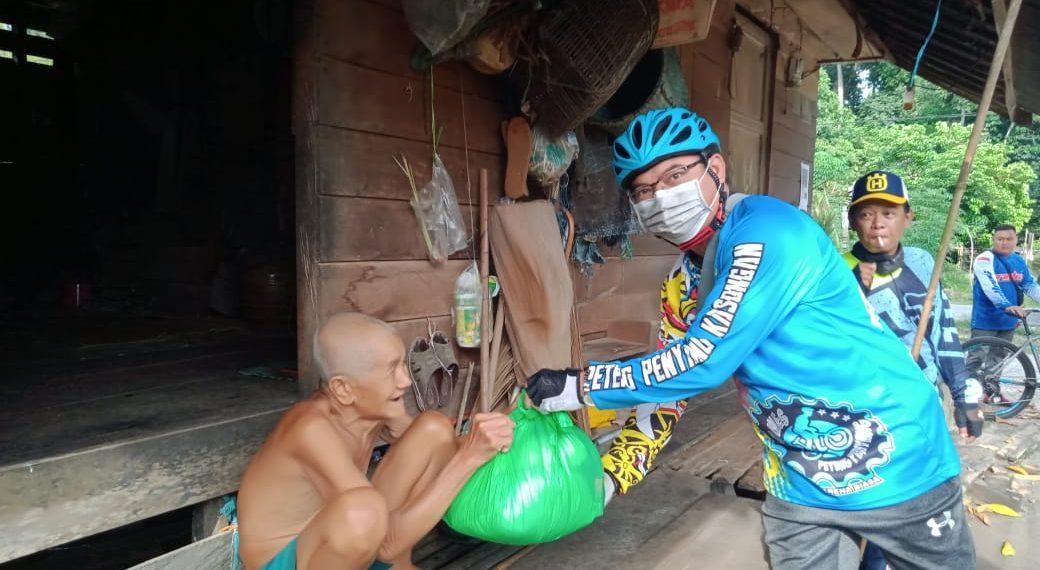 Pengcab ISSI Katingan, bersama club sepeda bagikan 100 paket sembako. Foto : MI