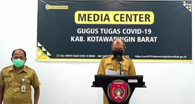 Juru bicara Tim Gugus Tugas Penanganan Covid-19 Kabupaten Kobar, Achmad Rois saat memberi keterangan pers, Senin (20/4/2020). Foto : Yus