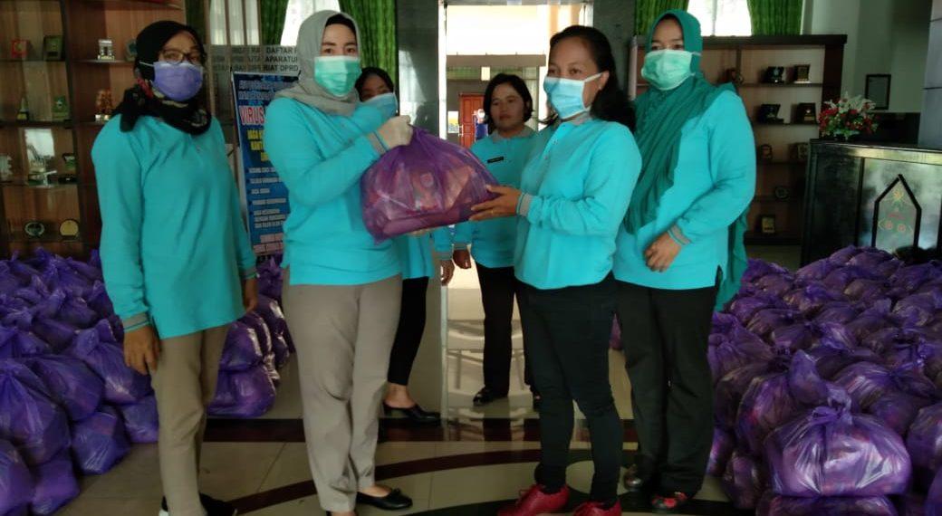 Ketua Kaukus Perempuan Parleman Katingan, Endang Susilawatie, berikan paket sembako, Senin (20/4/2020). Foto : MI