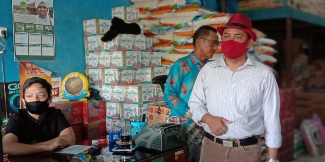 Ketua Pedagang Pasar Besar Palangka Raya, H Hamidan kemeja putih saat melakukan sosialisasi penggunaan masker, Senin (20/4/2020). Foto : Am