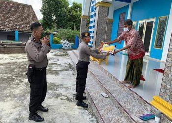 Kapolsek Arut Selatan sat memberikan bantuan sembako kepada warga setempat. Foto : Yus