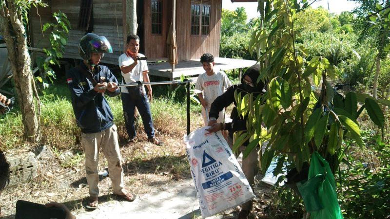 Anggota Tim ERP Palangka Raya, saat mengevakuasi ular di rumah warga untuk diserahkan ke BKSDA. Foto : am