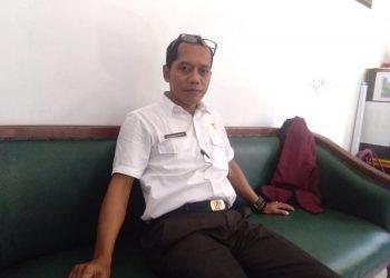 Pj Kepala Desa Pematang Limau  Kabupaten Seruyan, Muhamad Ridwan saat ditemui awak media di ruang kerjanya, Kamis (23/4/2020). Foto : ro.