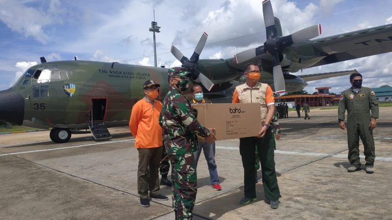 Penyerahan secara simbolis bantuan berupa APD dari pemerintah pusat, yang diserahkan oleh Danrem 102/ Panju Panjung Brigjen TNI Purwo Sudaryanto (kiri) kepada Ketua Harian Tim Gugus Tugas Percepatan Penanganan Covid-19 Darliansyah (Kanan). Foto : Ra