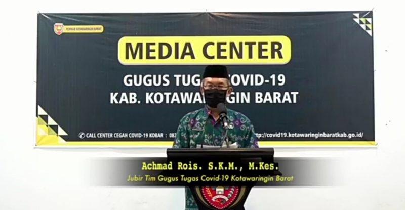 Juru bicara penanganan Covid-19 Kabupaten Kobar, Achmad Rois, saat memberikan keterangan pers, Jumat (24/4/2020). Foto : Yus