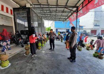 Kapolsek Pahandut Kompol Edia Sutaata saat memberikan imbauan kepada masyarakat di pangkalan tabung gas, Senin (27/4/2020). Foto : am