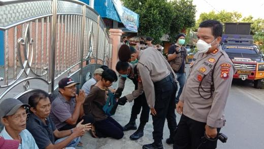 Ditsamapta Polda Kalteng saat membubarkan judi remi di Gang Kenanga Jalan Kalimantan Palangka Raya, Jumat (3/4/2020). Foto : am