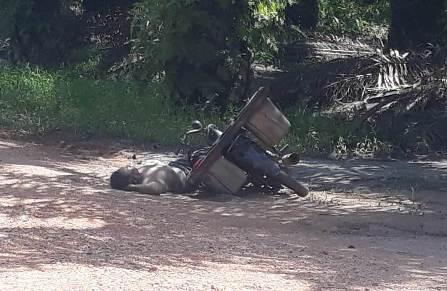 Korban saat tergeletak tewas tertindih sepeda motor Selasa (31/3).
