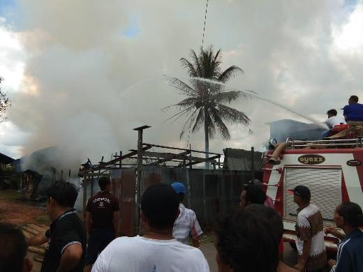 Petugas Damkar Kecamatan Katingan Tengah saat melakukan pemadaman Sabtu (4/4).