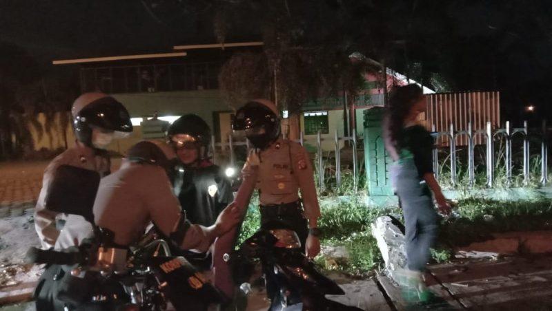 Jajaran Ditsamapta Polda Kalteng saat meggeledah kedua pria Jumat (10/4) malam.