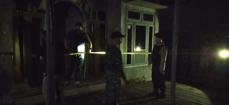 Anggota Polsek Arsel saat memasang garis polisi di lokasi kejadian Jumat (10/4) malam.