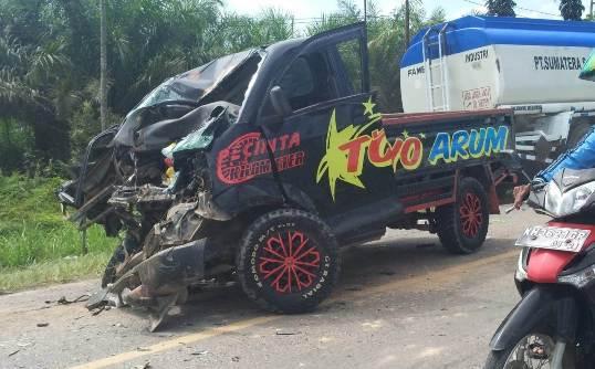 Pikap saat remuk dibagian depan seusai terjadi tabrakan dengan truk box di ruas Jalan Trans Senin (13/4/2020).