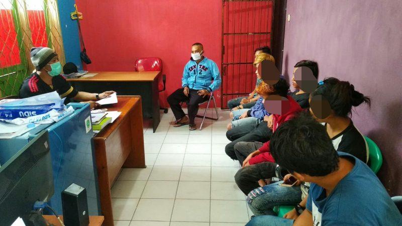 Tujuh  pemuda saat diamankan di Kantor Satpol PP Kobar Minggu (19/4).