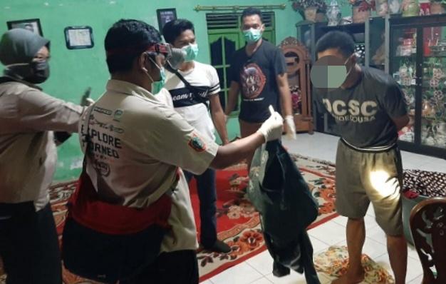 Anggota Satresnarkoba Polres Kobar saat menggeledah rumah pelaku dan memperlihatkan barang bukti sabu Senin (21/4).