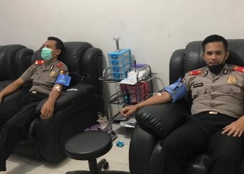 Dua peserta Sespimmen Polda Kalteng saat mendonorkan darahnya.