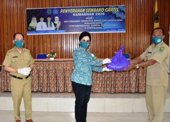 Istri Bupati Kapuas Ary Egahni didampingi Bupati Kapuas Ben Brahim S Bahat saat menyerahkan paket sembako secara simbolis Senin (27/4).