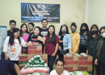 Puluhan mahasiswa Kalteng di Yogyakarta saat menerima paket sembako dari Bupati Kapuas Ben Brahim S Bahat.