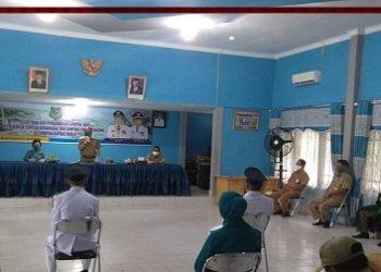 Bupati Kapuas Ben Brahim S Bahat saat melantik dua kades terpilih di Aula DPMD Kapuas Senin (27/4).