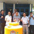 Ketua DPRD Seruyan Zuli Eko S saat menyerahkan bantuan Profil Tank air di Kantor Persatuan Wartawan Indonesia (PWI) Kabupaten Seruyan, Kamis (2/4/2020). Foto : ro