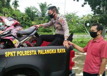 Polisi mengamankan sepeda motor yang diparkir di Taman Anggrek Palangka Raya yang ditinggal pemiliknya selama 2 hari. Foto : am