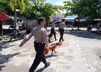 Petugas Polisi Satwa saat patroli di Pasar Kahayan Palangka Raya, Senin (4/5/2020). Foto : am