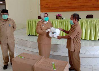 Bupati Kobar Hj Nurhidayah mendistribusikan  secara simbolis bantuan masker ke kecamatan setempat. masker itu bantuan gubernur yang diserahkan beberapa waktu lalu. Foto : Yus