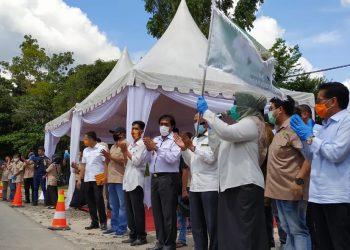 Bupati Kobar Hj Nurhidayah melepas pemberangkatan zakat H Abdul Rasyid kepada 5 kabupaten di Kalteng. Foto : yus