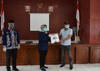 Bupati Kobar Hj Nurhidayah serahkan bantuan masker ke Camat di Kabupaten Kobar, Jumat (8/5/2020). Foto : Yus