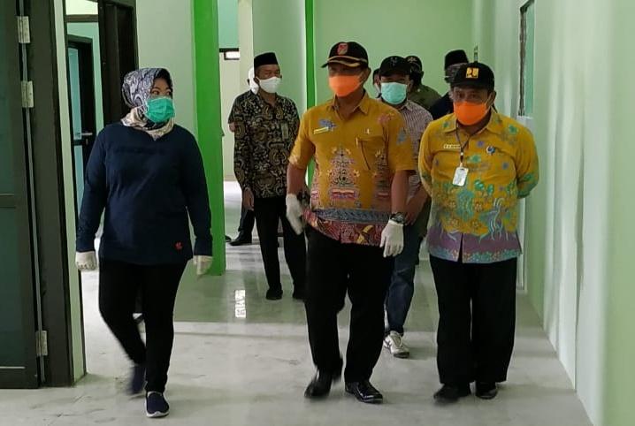Bupati Kobar Hj Nurhidayah didampingi Kadis PUPR Kobar Juni Gultom dan Direktur RSSI Pangkalan Bun dr Fachrudin meninjau gedung Rumah Sakit Muhammadiyah Pangkalan Bun, Jumat (8/5/2020). Foto : yus