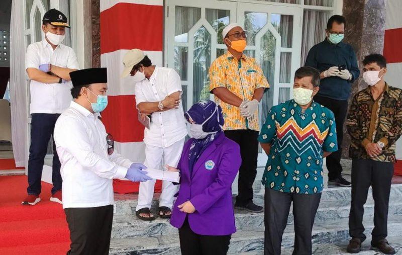 Gubernur Kalteng H Sugianto Sabran pada saat memberikan bantuan sosial secara simbolis kepada salah seorang mahasiswi Kalteng, di Istana Isen Mulang, Jum'at (8/5/2020). Foto : Ra