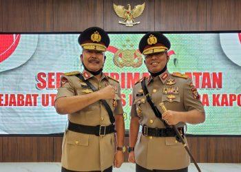 Kapolda Kalimantan Tengah Irjen Pol Drs Ilham Salahudin (kiri) resmi digantikan oleh Brigjen Pol Dedi Prasetyo (kanan) sebagai Kapolda Kalimantan Tengah, Jumat (8/5/2020). Foto : am