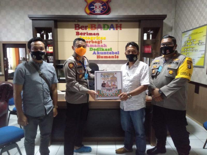 Saat Penyerahan Bantuan Paket Lebaran Oleh Kapolres Seruyan, AKBP Agung Tri Widiantoro Kepada Ketua PWI Seruyan, M Yadi, Kamis (14/5/2020). Foto : Ro