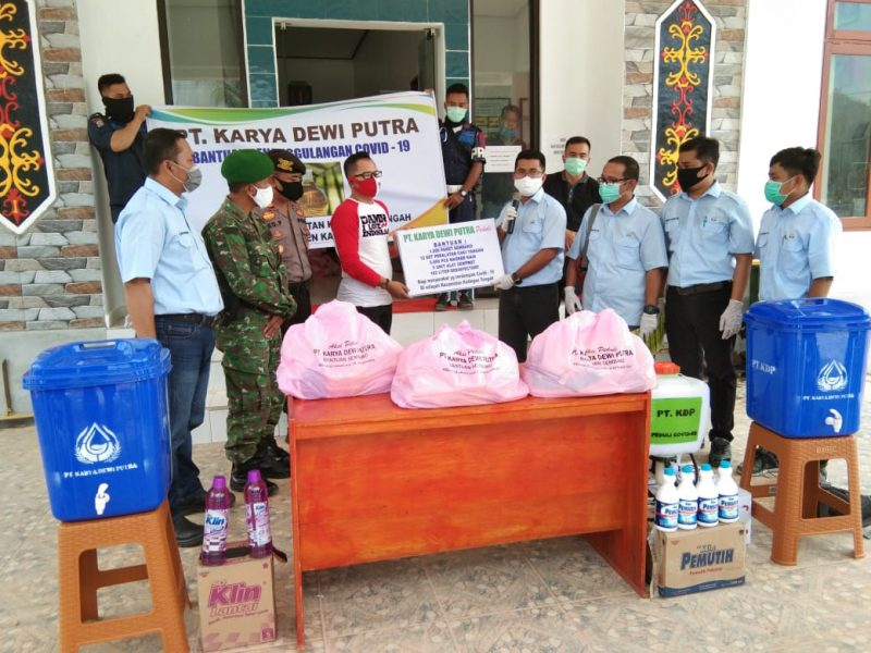 Camata Katingan Tengah, Yobie Sandra, terima bantuan dari PT. KDP, Jumat (20/5/2020). Foto : MI
