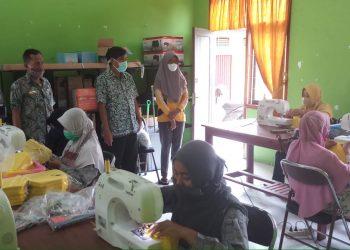 Sejumlah alumni pelatihan Disnakertran Kobar membuat alat pelindung diri (APD) masker dan baju hazmat. Foto : Yus